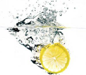 Un citron tombe dans l'eau.